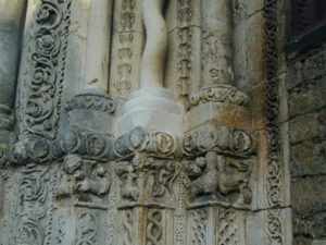 Avallon 側柱彫刻