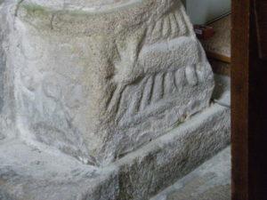 Loctudy 柱台座彫刻