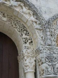 Corme Ecluseの扉口彫刻