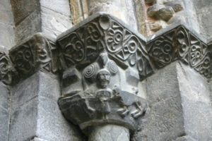 Luz St.Sauveurの扉口柱頭彫刻