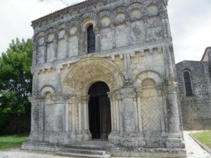 Echillaisの教会堂正面