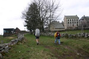 Aubracの全景と巡礼者