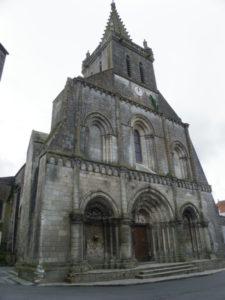 Pont l'Abbe d'Amoultの教会堂正面