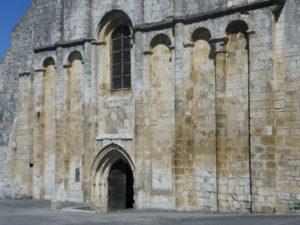 Cellefrouinの教会堂正面