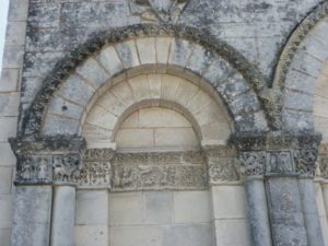 Gensac la PAllueの扉口彫刻