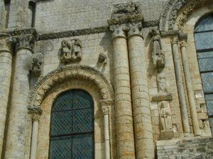 St.Jouin de Marnesのファサード彫刻
