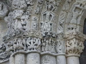 Talmont sur Girondeの扉口彫刻