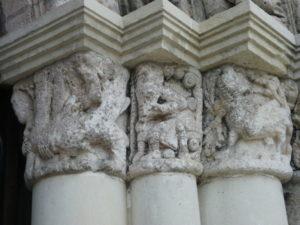 St.Fortの扉口彫刻