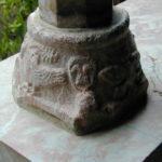 Le Canigouの柱台座彫刻