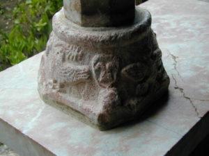 Canigou 柱台座彫刻
