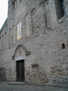Arles sur Techの教会堂正面