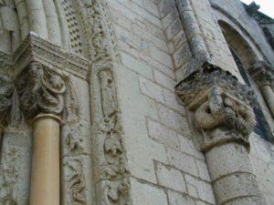 Fontgombaultの扉口彫刻