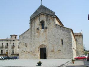Besalu 教会堂正面