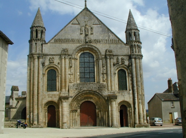 St.Jouin de Marnes 教会堂正面