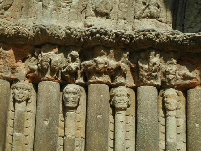 Puente la Reina/ Parroquia de Santiago y San Pedroの顔の彫刻